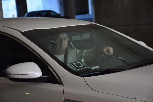 Uberドライバーはステッカーを貼る《撮影 関 航介》