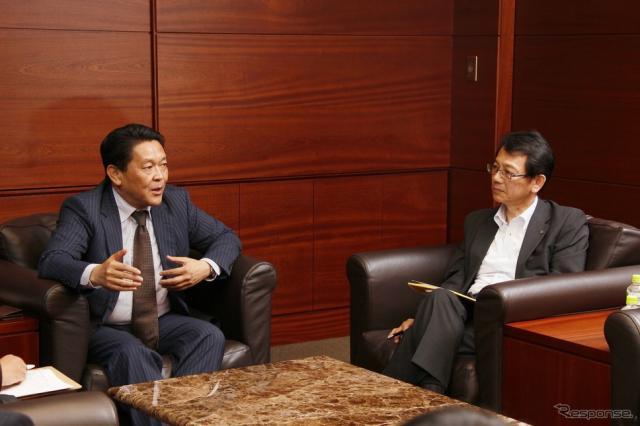 EVバイクについて対談する二輪事業本部長・青山真二氏(左)とヤマハMC事業本部長・渡部克明氏(右)《撮影 徳永茂》