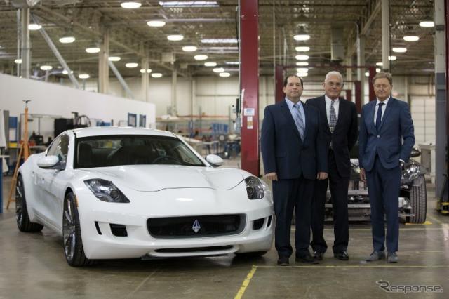 ヘンリック・フィスカー氏(右端)を迎えて新社名で再出発したVLFオートモーティブとディスティノ