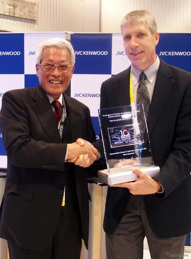 協業10周年を記念した盾を前にJVCケンウッド会長の河原春郎氏(左)と、ガーミン社CEO クリフ・ペンブル氏