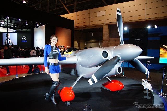 ファルケンブースにエアレース参戦機のEDGE540V3が登場。1/1スケールのレプリカですが…。《撮影 石田真一》