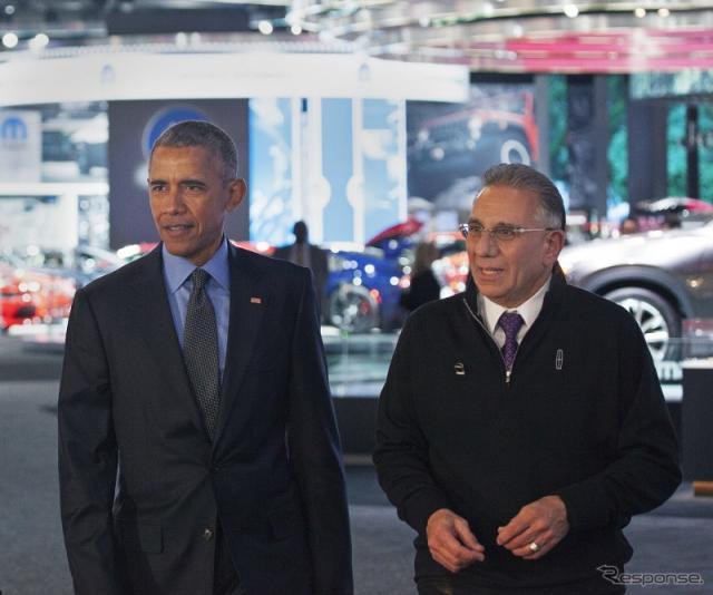 デトロイトモーターショーを初めて視察したオバマ大統領