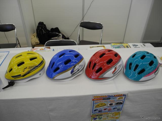 カナック企画が販売する新幹線デザインの子供用ヘルメット《撮影 山田清志》