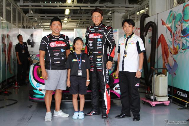 (右から)片山右京監督、谷口信輝選手、片岡龍也選手とともに、マシンの前で記念撮影におさまる松本さん。写真:ZFジャパン