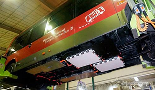 バスの底面に「斜めかつ平行」に配置された受電パッド