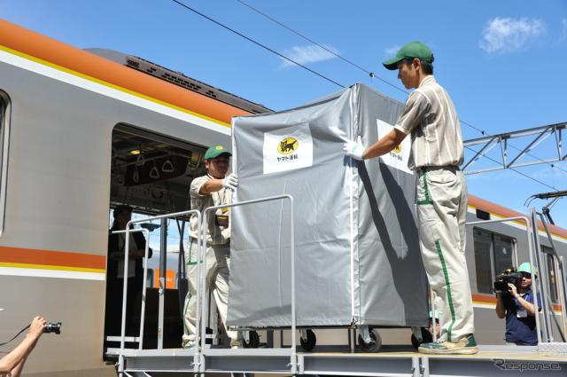 東京メトロ10000系車両に、宅配の荷物が積み込まれる《撮影 中島みなみ》