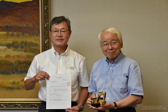 キャタピラージャパン前畑代表取締役(左)と兵庫県井戸知事(右)