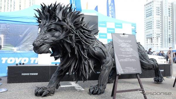 使用済みタイヤで作製した「THE LION」(2016年3月、お台場 TOKYO DRIFTで展示)