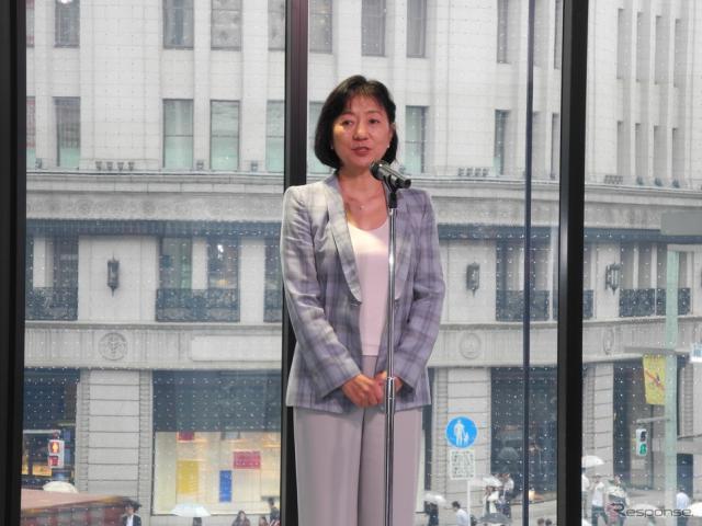NISSAN CROSSINGの内覧会で挨拶する星野朝子専務執行役員《撮影 山田清志》