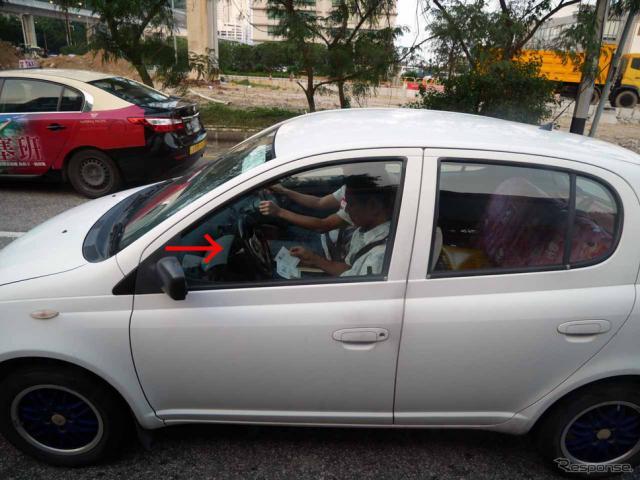 マカオで見つけた教習車。助手席にハンドルが付いている(矢印)