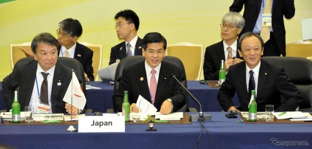G7交通大臣会合の官民セッションに日本側からトヨタ自動車・伊勢清貴専務(右)、石井国交相(中央)、根本幸典政務官(左)《撮影 中島みなみ》