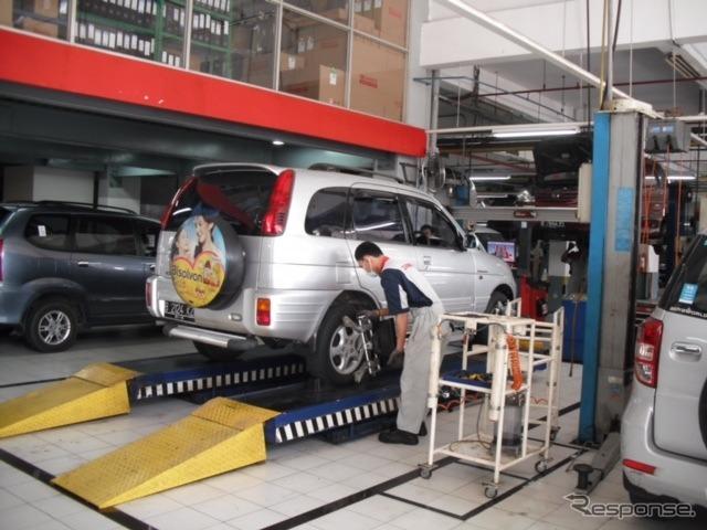 新車ディーラーの整備工場《撮影 川崎大輔》