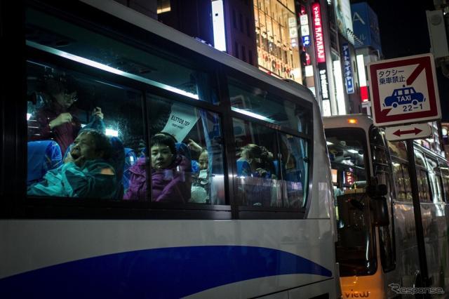 東京銀座にバスで乗り付ける外国人観光客(c) Getty Images