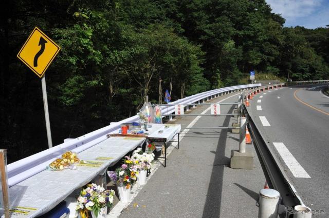 スキーを楽しむはずだったバス転落事故現場にも秋風が吹き始めた(長野県軽井沢町)《撮影 中島みなみ》