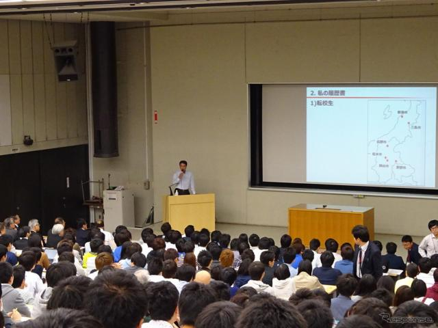 中央大学後楽園キャンパスで出張授業する小飼雅道マツダ社長(2015年)《撮影 池原照雄》