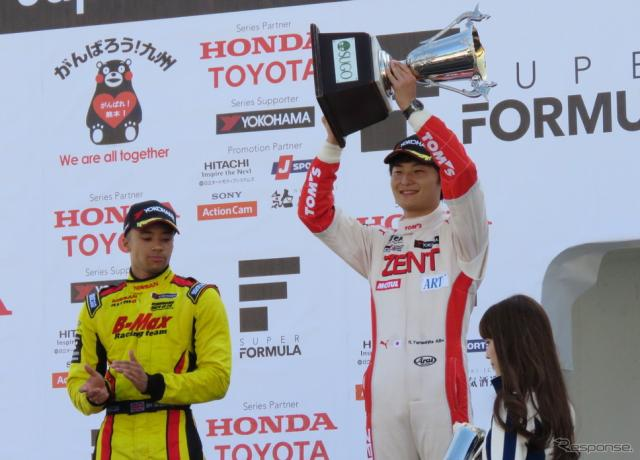 まさに激闘だった今季の全日本F3タイトル争い。マーデンボロー(左)との接戦を制して、山下健太が勝利した。撮影:遠藤俊幸