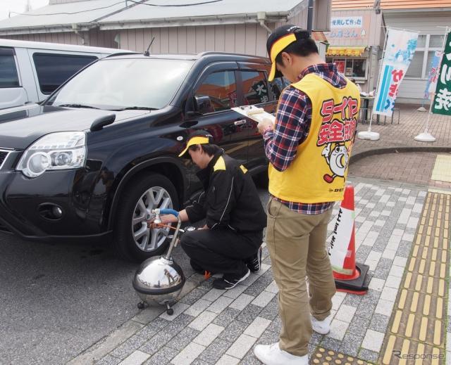 タイヤ点検活動の様子(2016年4月)