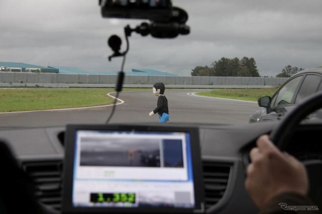 AEB Pedstrian:歩行者を検知し、強制ブレーキで停止≪撮影:中尾真二≫