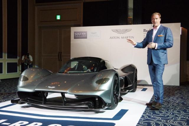 アストンマーティンのハイパーカー「AM-RB 001」と、デザイン責任者とつとめるマレク・ライヒマン氏《撮影 宮崎壮人》