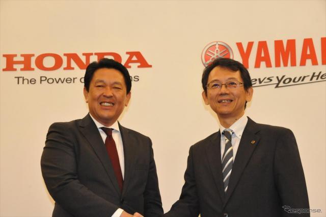 スクーター・ビジネスモデルで2社提携を発表するホンダ青山二輪事業本部長とヤマハ渡部克明MC事業本部長《撮影 中島みなみ》