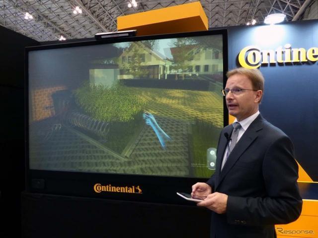 デモは大型リアプロジェクターを使って3D映像で行われる