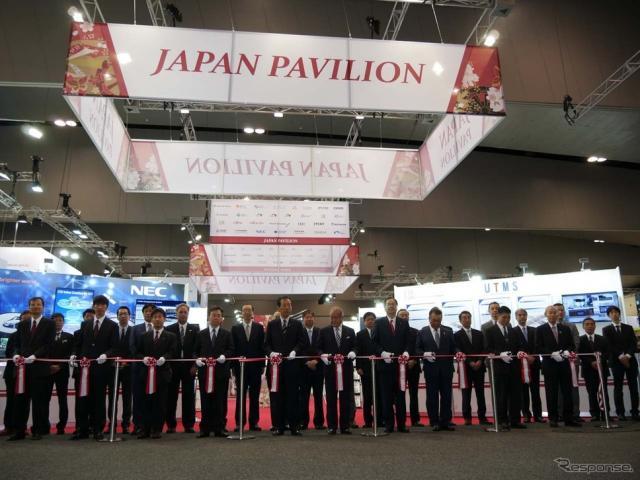 ITSジャパンの「ジャパンパビリオン」。関係者が並んでテープカットが行われた