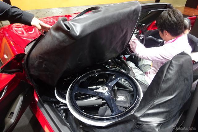 手動運転装置によるロードスターの運転席と助手席《撮影 池原照雄》