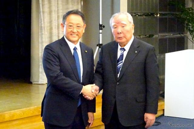 トヨタ自動車の豊田章男社長(向かって左)とスズキの鈴木修会長 《撮影 池原照雄》
