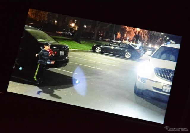 ClearView R6A354のデモ画面。明るいヘッドライトと、影にいる子供の両方が鮮明に描画されている《撮影 古庄速人》