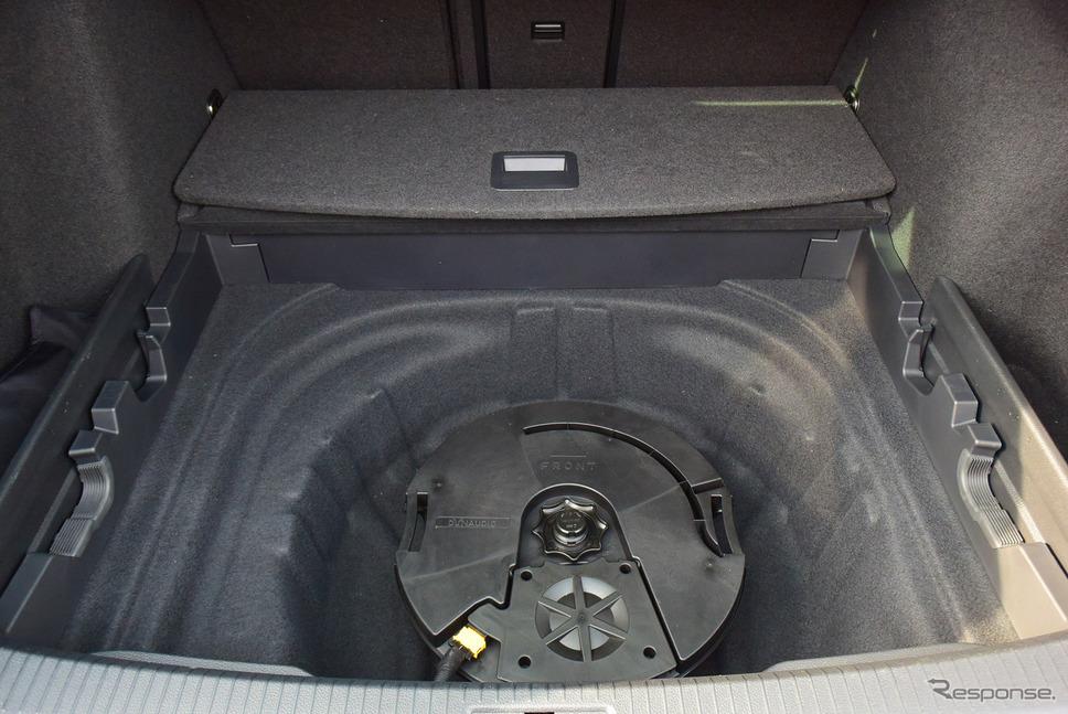 テンパータイヤにディナウディオ・サウンドシステムのサブウーファーの共鳴ボックスが置かれていた。テンパータイヤと共存できるらしい。《写真撮影 井元康一郎》