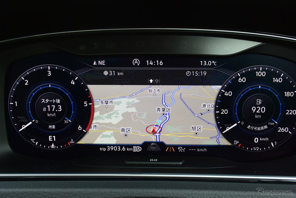 カーナビ表示時にはメーターサイズが小さくなる。瞬間燃費、平均燃費、航続距離などの走行情報はメーターに組み入れられており、それらの数字をセンターに表示させる意味はほとんどなかった。《写真撮影 井元康一郎》