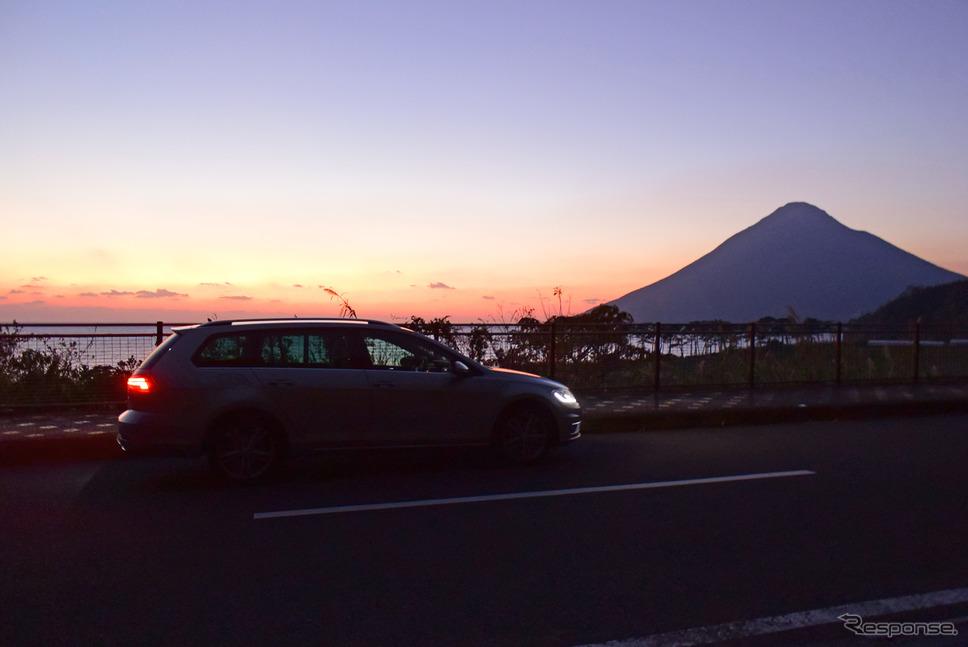 航海薄明にシルエットを浮かべる開聞岳を背景に記念撮影。《写真撮影 井元康一郎》
