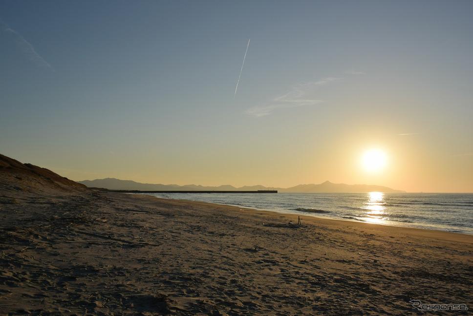日本三大砂丘、吹上浜で夕日を眺めた。《写真撮影 井元康一郎》