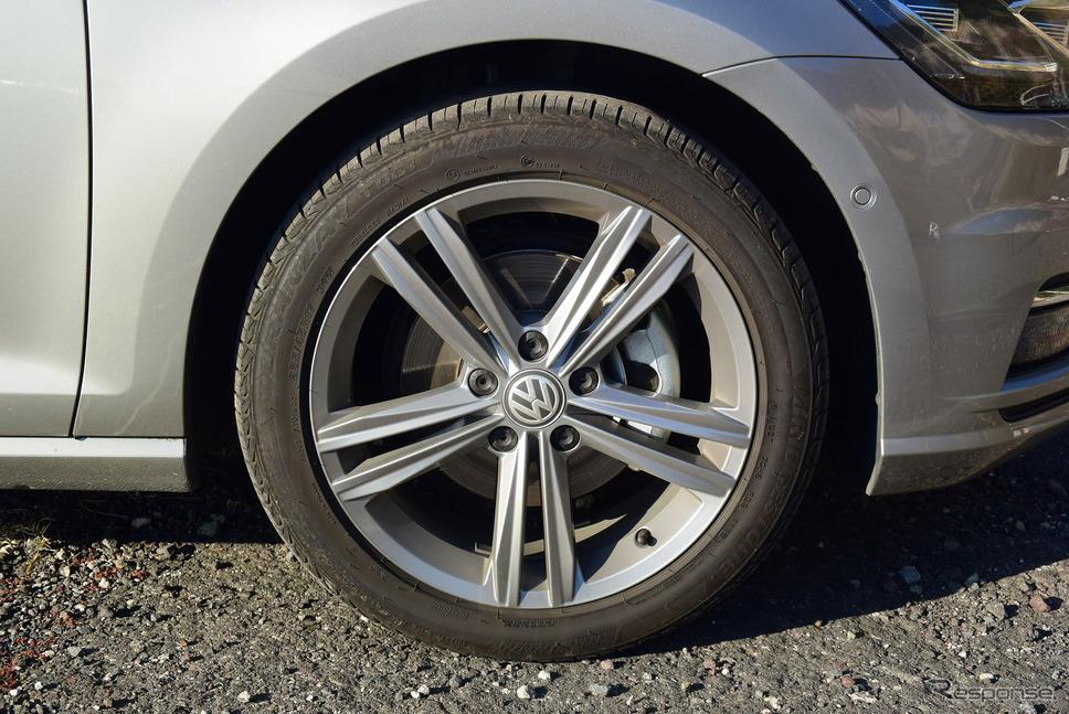 ポーランド製のブリヂストン「トランザT001」、225/45R17タイヤ。車重に対して性能は十分すぎるが、もう一段コンフォート寄りのタイヤのほうがゴルフヴァリアントの性格に合う気がした。《写真撮影 井元康一郎》
