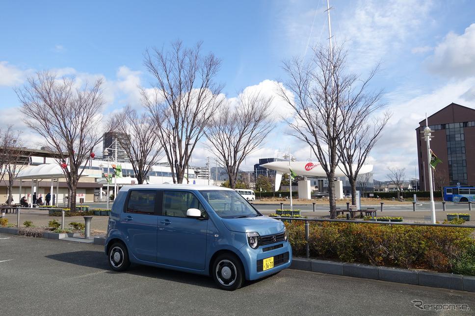 ホンダ N-WGN L Honda SENSING。世界有数のヨットレース、アメリカズカップに挑戦したときの練習艇が飾られている愛知・蒲郡駅前にて。《写真撮影 井元康一郎》