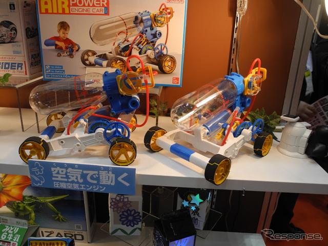 イーケイジャパンが販売する空気で動くおもちゃ「エアエンジンカー」《撮影 山田清志》