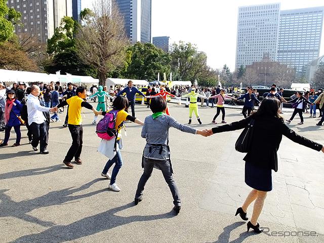 3月20日は国連が定めた「国際幸福デー」。これにあわせ日比谷公園で3月22日、「HAPPY DAY TOKYO 2015」が開催され、東北大震災の風化を防ぐ「311『つながる日』プロジェクト」らが出展。来場者たちに、震災から学んだ「つながること」の大切さを訴えた《撮影 大野雅人(Gazin Airlines)》