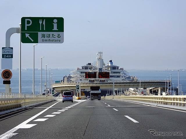 館山と新宿を結ぶ公共交通は、東京湾アクアラインを経由する高速バスや、内房線・総武線を経由するJR特急などがある。同区間の高速バス路線は、山手トンネル(首都高速道路中央環状新宿線)の全通によって、従来よりも所要時間が10〜20分短縮され、「定時運行率が増えた」と関係者はいう《撮影 大野雅人(Gazin Airlines)》