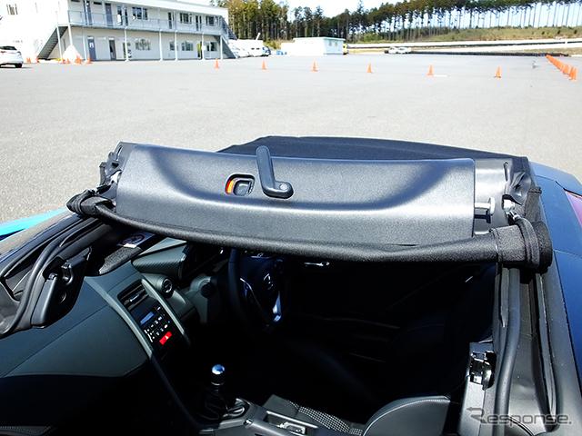 ホンダS660は、左右からクルクルと巻いてはずすタイプのロールトップが付く。ビートとは違う開閉方式を採用した《撮影 大野雅人(Gazin Airlines)》