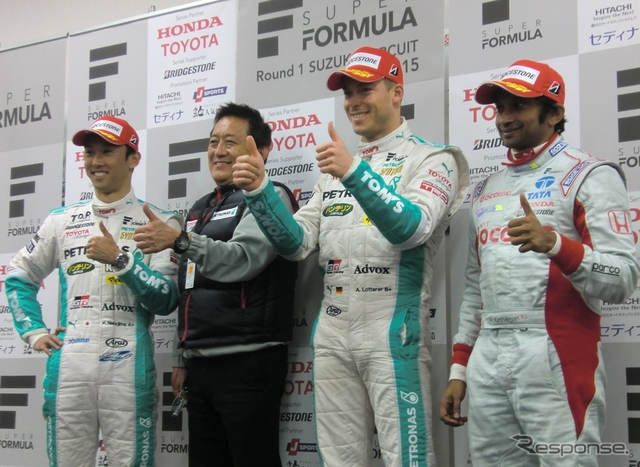 左から2位の中嶋一貴、1-2の舘監督(トムス)、優勝ロッテラー、3位カーティヤン。撮影:遠藤俊幸