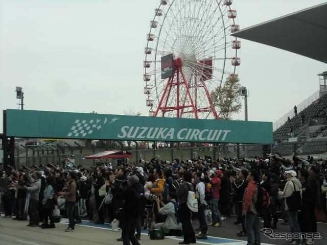 表彰台の下には多くのファンが集まった(日曜観衆、28000人)。撮影:遠藤俊幸