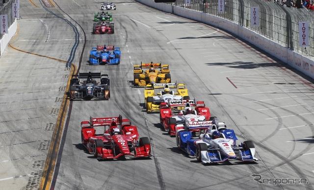 向かって左の手前(赤いマシン)が優勝したディクソン。右側にはペンスキー勢のマシンが3台並ぶ。写真:INDYCAR