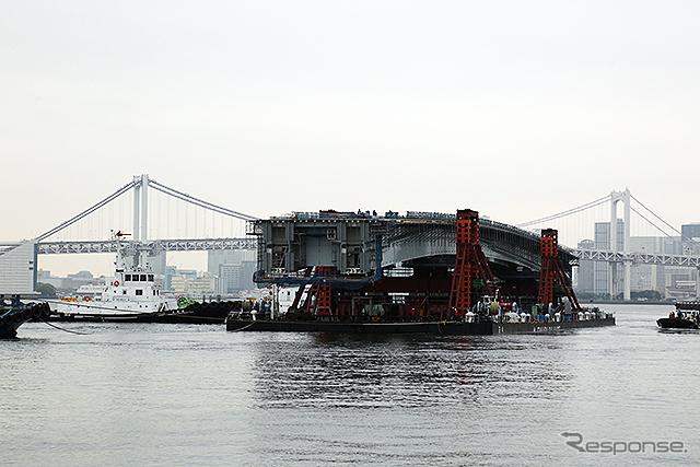 台船で晴海運河を移動する橋桁《画像:首都高速道路》