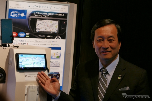 クラリオン取締役社長兼COOの川本英利氏とフラグシップモデルの200mmワイド7.7インチスーパーワイドナビ「MAX775W」