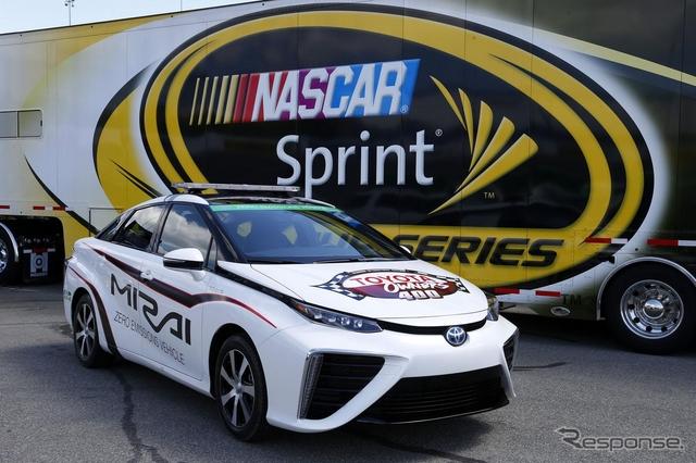 トヨタ MIRAI の NASCAR ペースカー