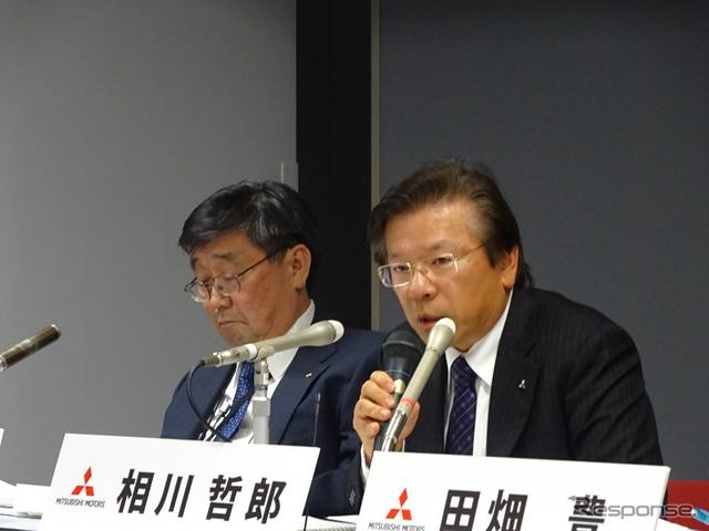 三菱自動車の相川哲郎社長(右)《撮影 池原照雄》