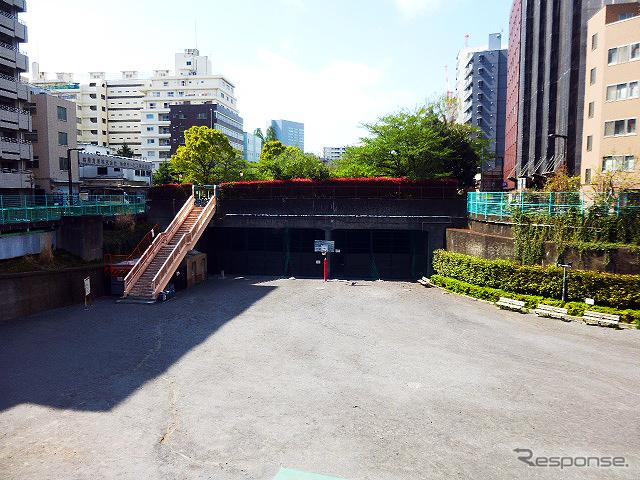 新大橋通り・入船橋交差点から首都高予定地である掘割を見下ろす。写真右にトンネルが見える《撮影 大野雅人(Gazin Airlines)》