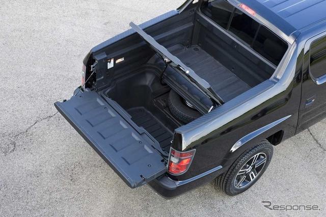 通常のトラックはこのようにカーゴスペースのドアが、下ヒンジで手前に開く。《写真 ホンダ》