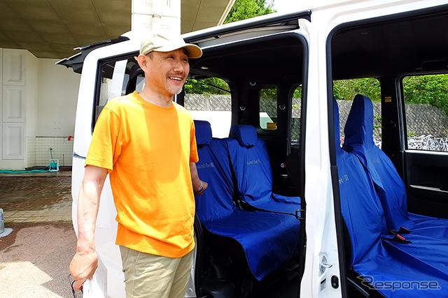 SEA TO SUMMIT 2015(5月30・31日、広島県江田島市)で先行展示されたダイハツ『ウェイク X mont-bell version SA』(仮称)。イベント現場では、同社製品企画部チーフエンジニアの中島雅之氏がリーダー的存在でチームを引っぱった《撮影 大野雅人(Gazin Airlines)》