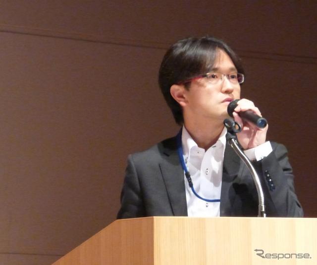 国土交通省自動車局環境政策課課長補佐(総括)永井啓文氏が登壇し「自動車を巡る環境行政について―豊かな未来社会に向けて―」というタイトルのもとに講演を行った。《撮影 北原梨津子》